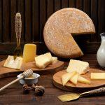 taglieri di formaggio in esposizione