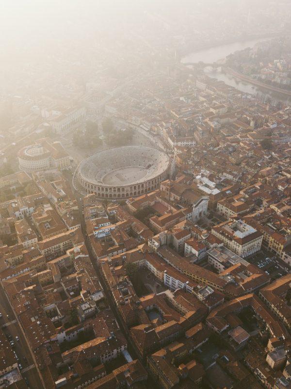 vista aerea del centro storico di verona con arena